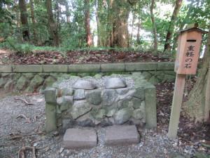 【画像】弥彦神社 火の玉石(重軽の石)