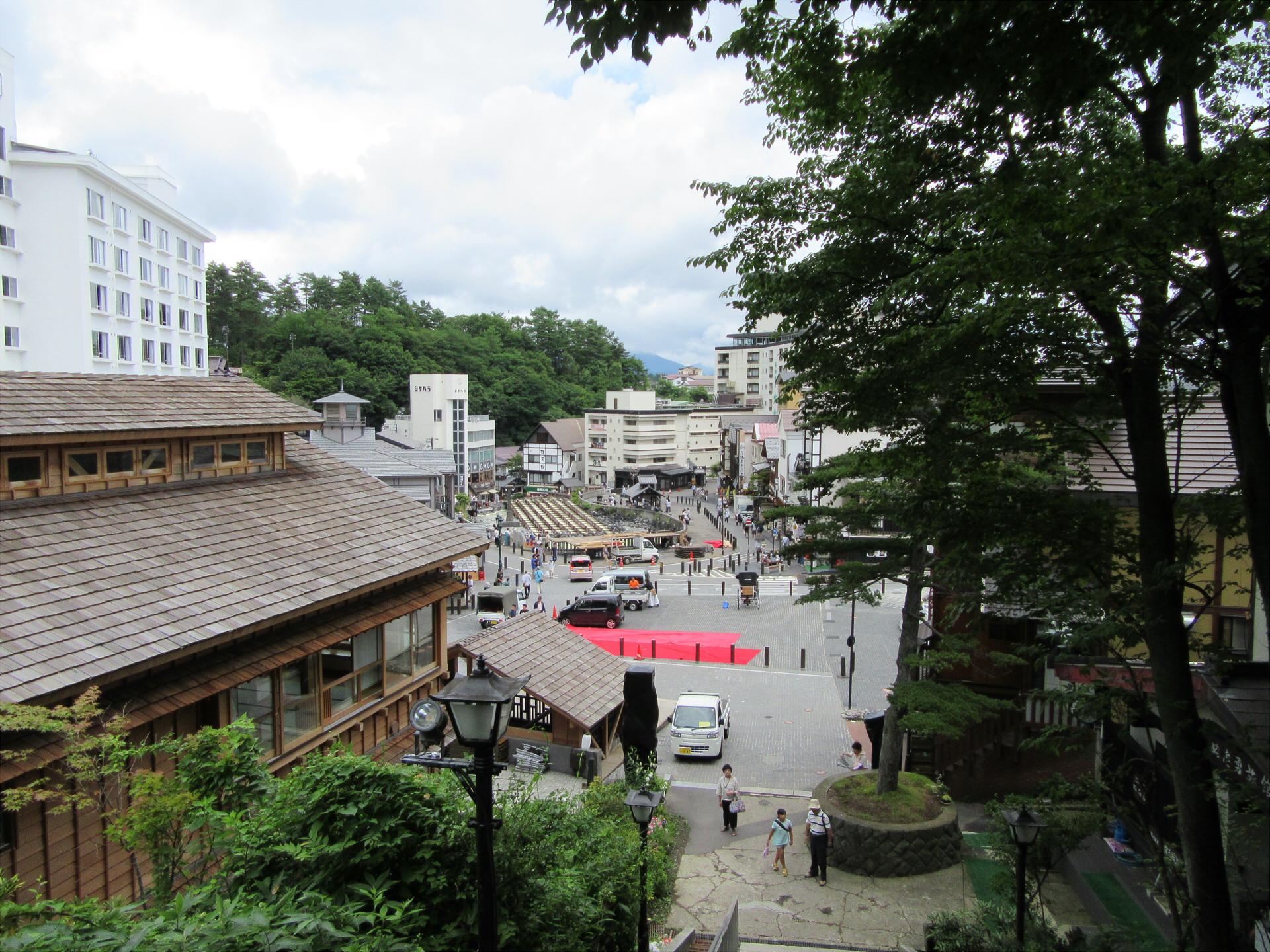 【画像】光泉寺の階段から見る湯畑