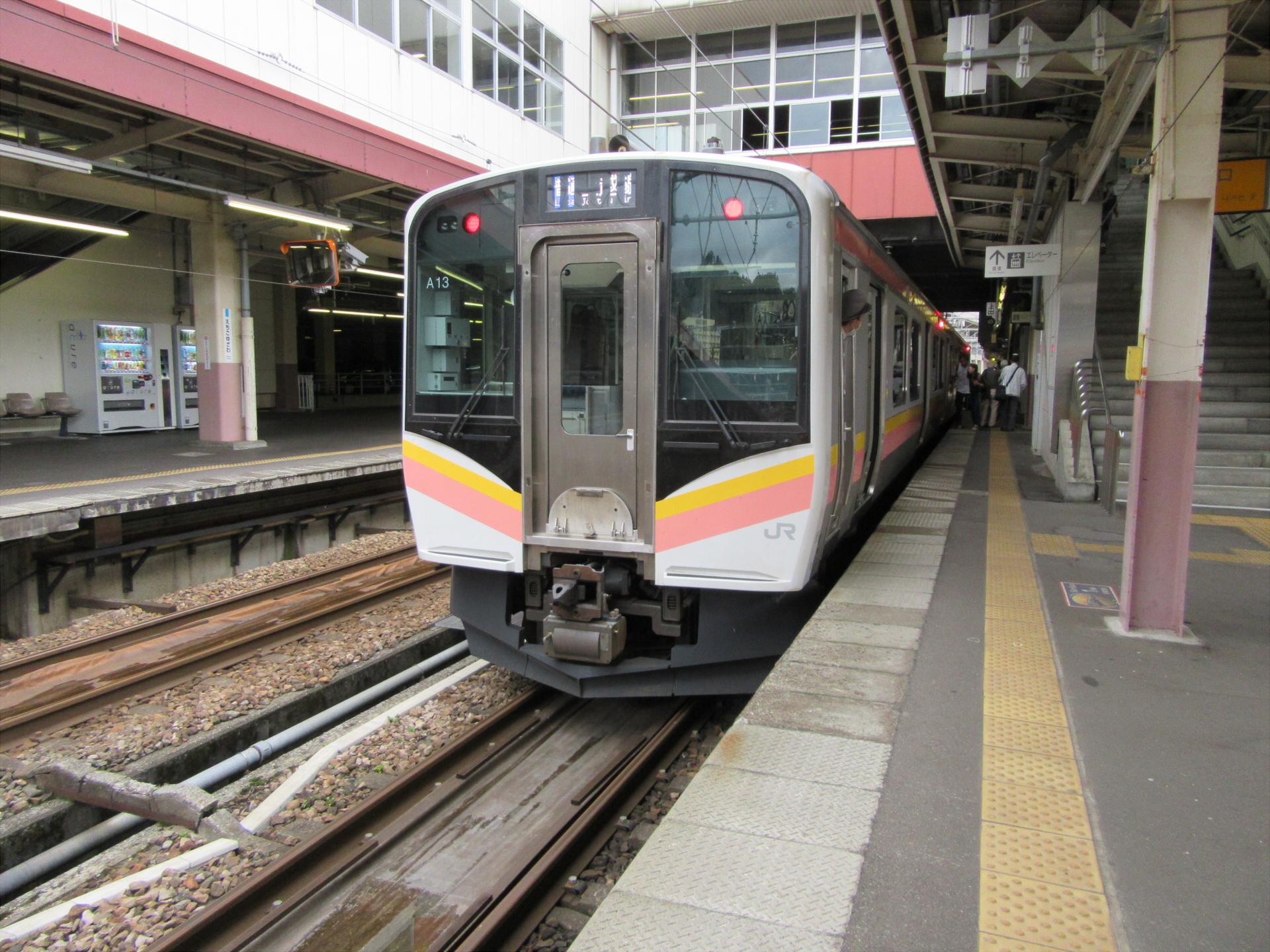 【画像】越後湯沢駅に停車中の上越線(長岡行き)