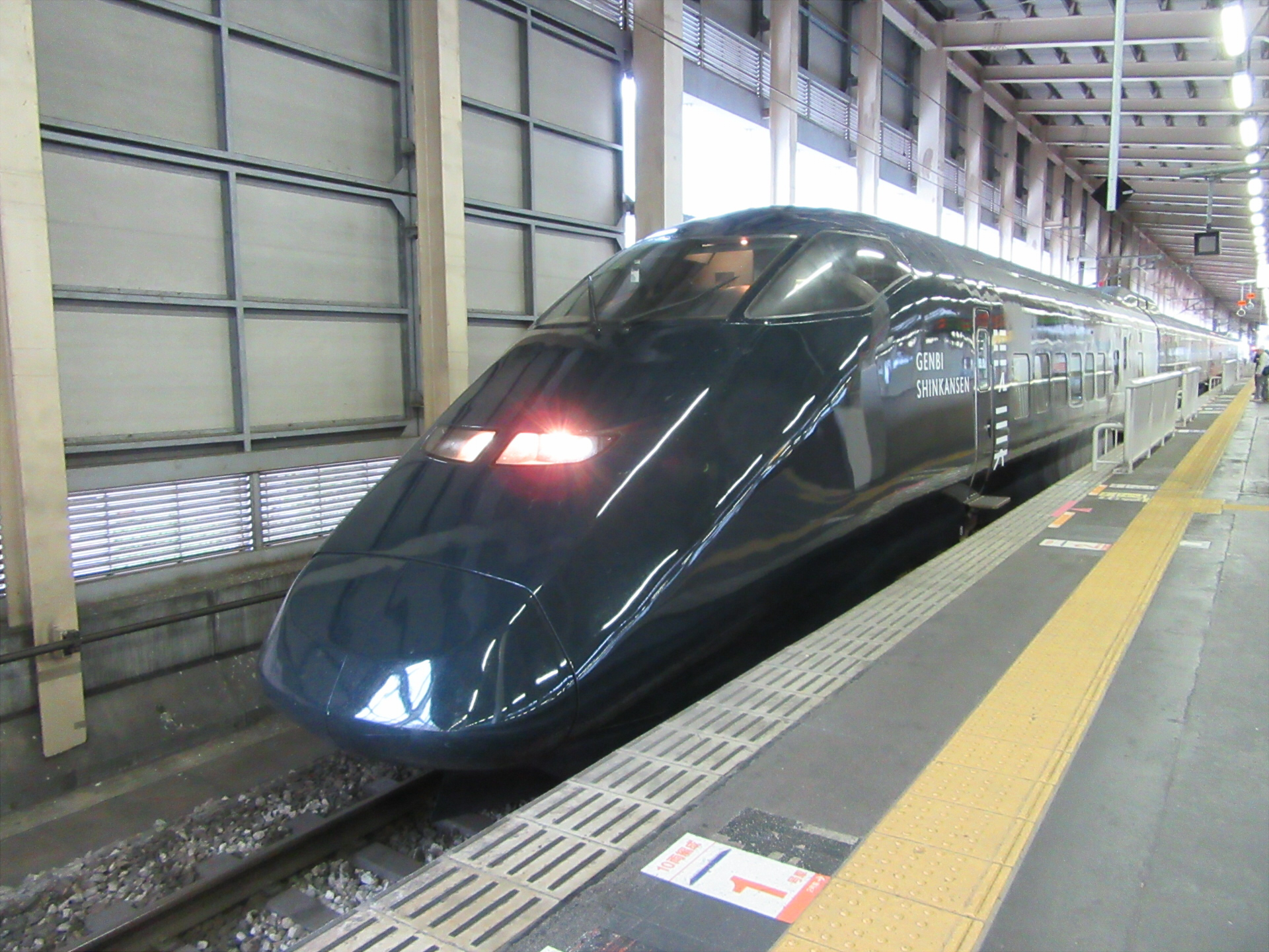 【画像】越後湯沢駅に停車中の現美新幹線