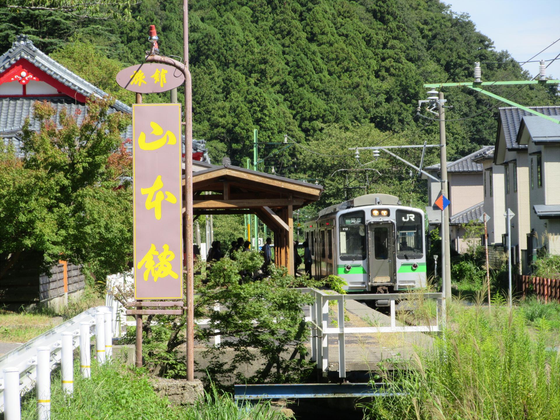 【画像】弥彦駅に停車中の弥彦線(駅の外から撮影)