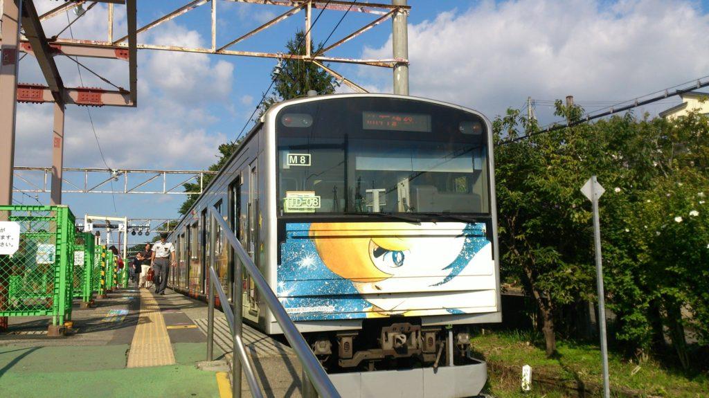 【画像】高城町駅に停車中の仙石線(マンガッタンライナー)