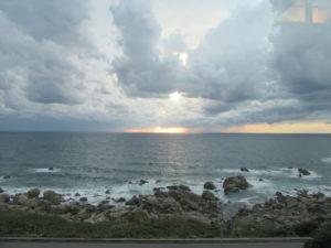 【画像】リゾートしらかみ車内から日本海を望む
