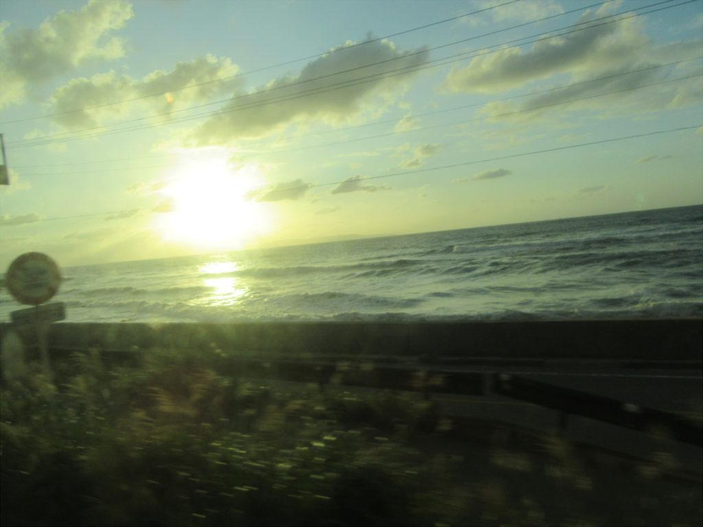 【画像】きらきらしらかみリレー号の車内から望む日本海