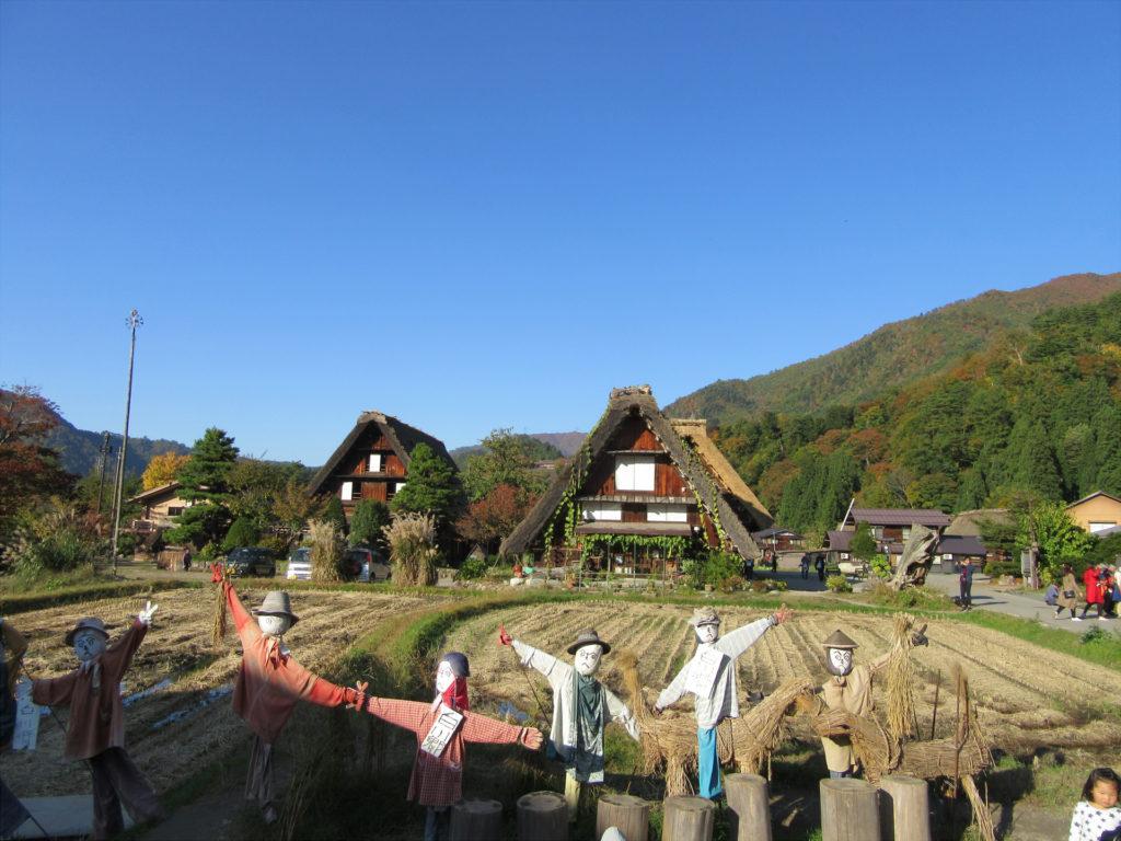 【画像】田んぼの前に立ち並ぶカカシ