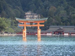 厳島神社の大鳥居(フェリーの中から)