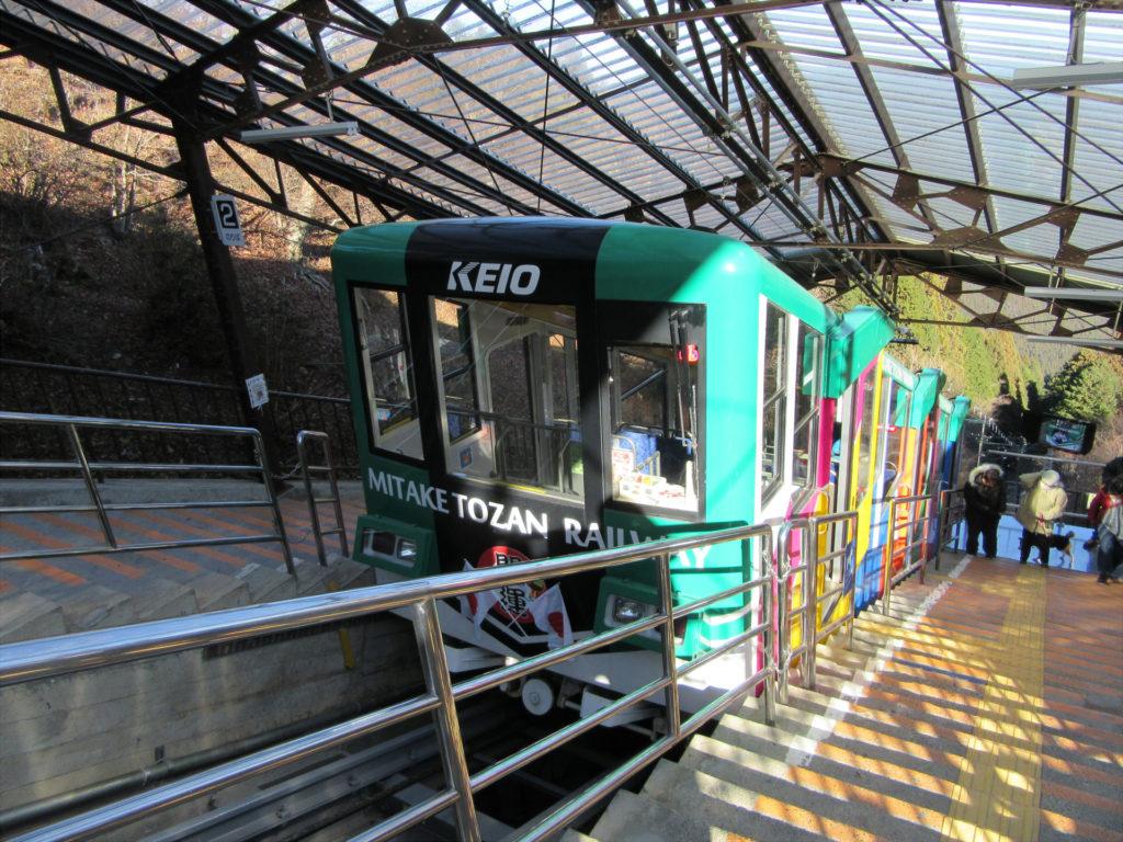 御岳山駅に到着したケーブルカー