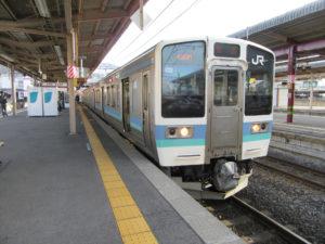 塩尻駅に到着した中央本線普通列車