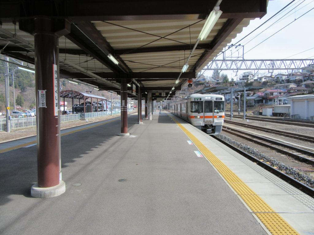 中央本線普通列車(木曽福島駅にて)