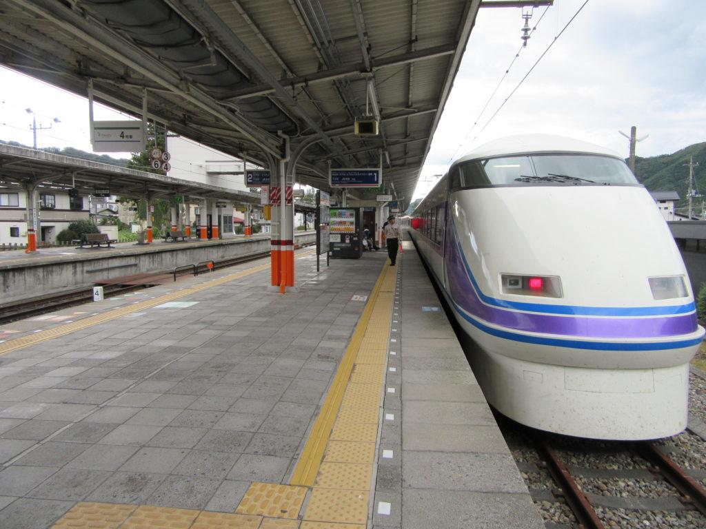 鬼怒川温泉駅に到着した特急スペーシア