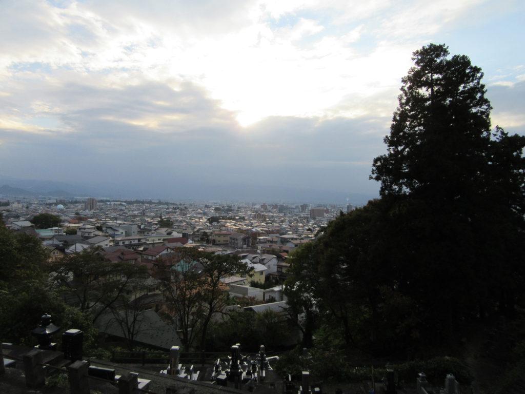 飯盛山「白虎隊自刃の地」から鶴ヶ城方面を臨む